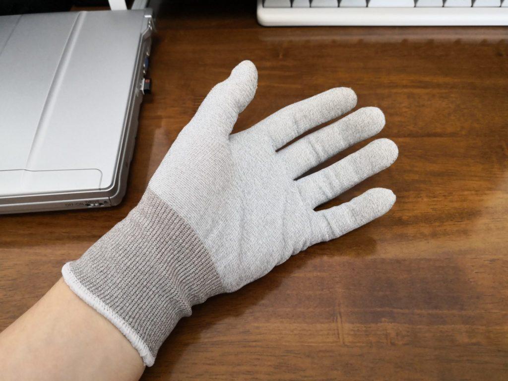 静電気防止の手袋をつけた様子