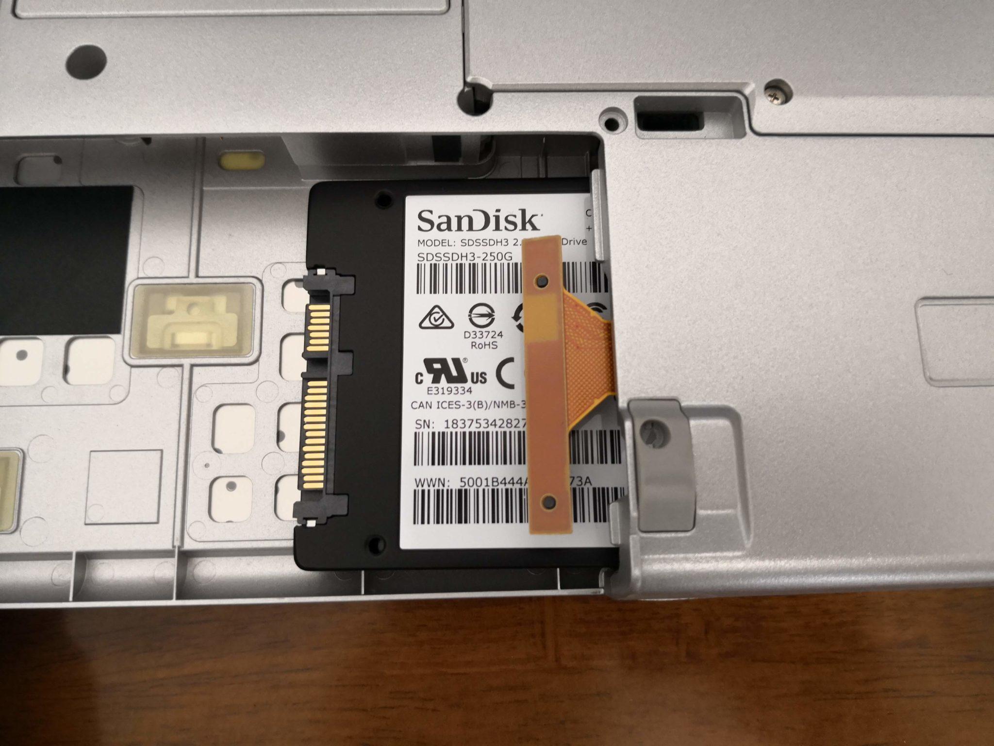レッツノートに新しいSSDを入れる様子