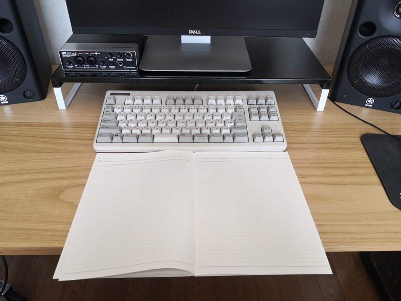 ディスプレイ、キーボード、ノートを置く