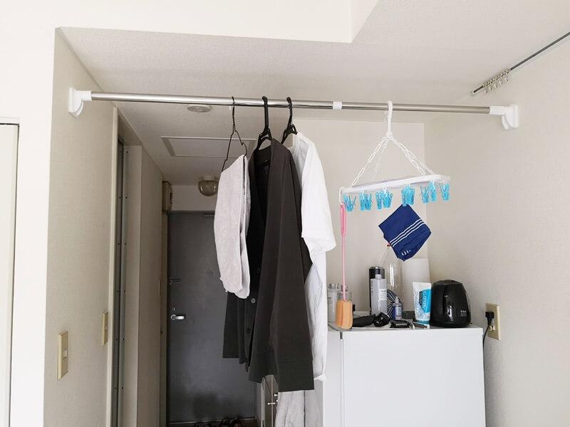 つっぱり棒に洗濯物を干す